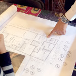 Estudiante de Arquitectura de la UVM, ayuda a familia con planos arquitectónicos de casa habitación